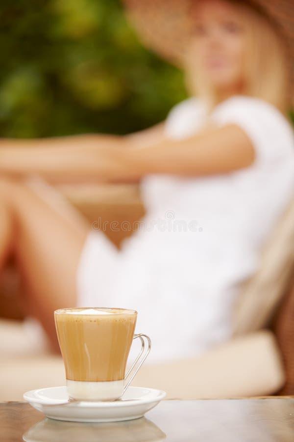 Donna attraente che gode della tazza di caffè fotografia stock