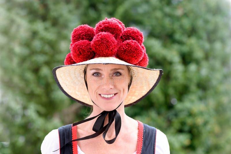 Donna attraente che indossa un Bollenhut tradizionale fotografie stock libere da diritti