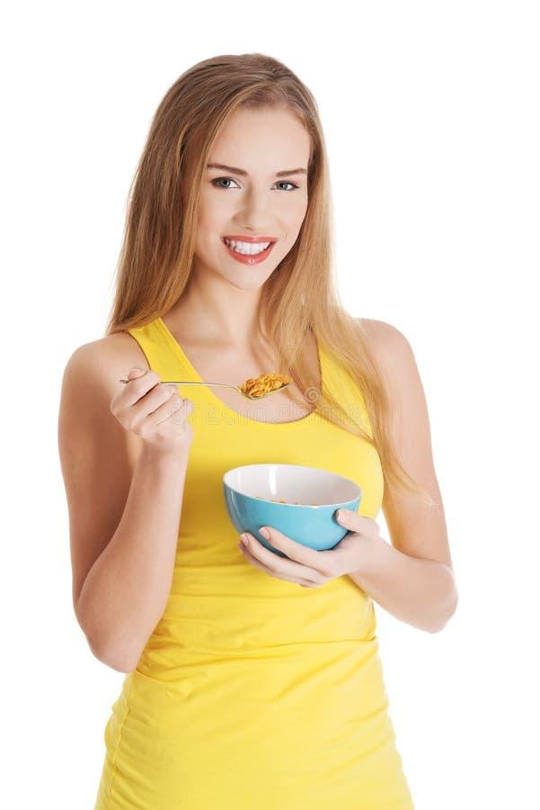 Donna attraente che mangia i cereali fotografia stock