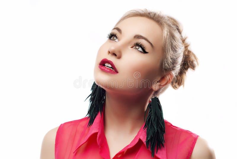 Donna attraente che osserva in su fotografie stock libere da diritti