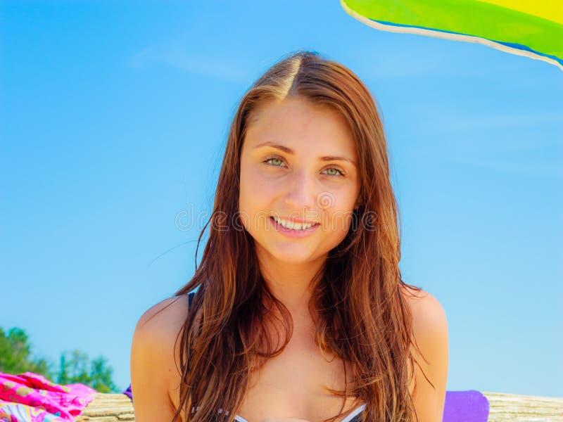 Donna attraente che posa il giorno soleggiato fotografia stock