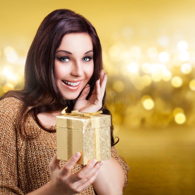 Donna attraente che riceve un regalo fotografie stock