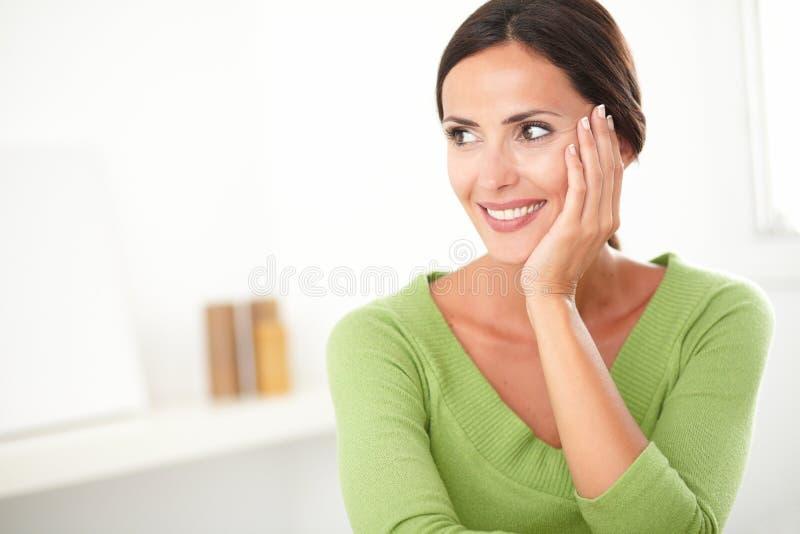 Donna attraente che sembra giovane e soddisfatta immagine stock libera da diritti