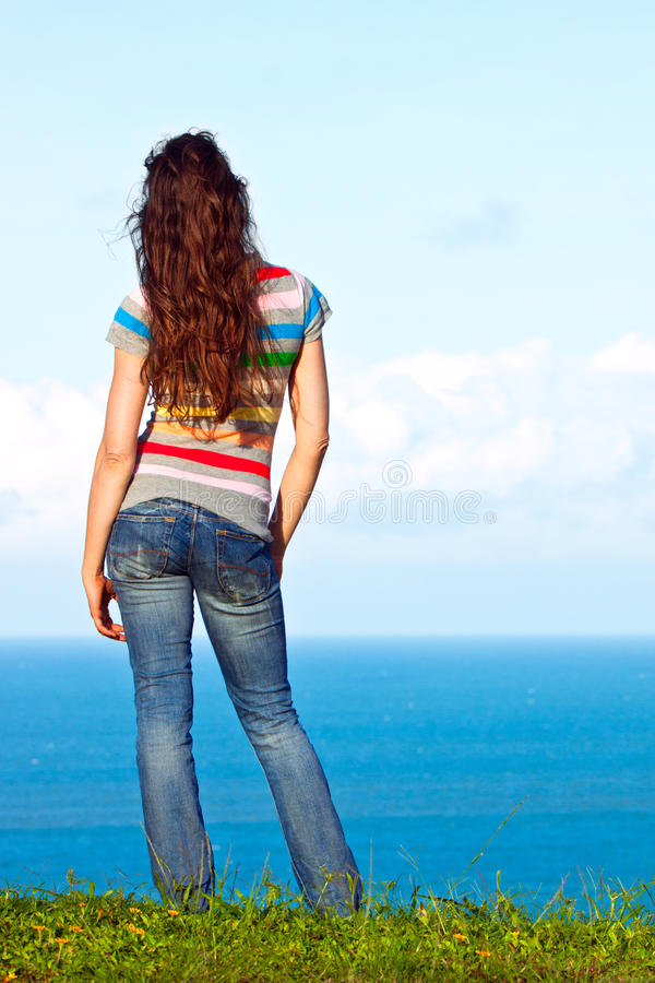 Donna attraente che si distende e che esamina la vista immagini stock libere da diritti