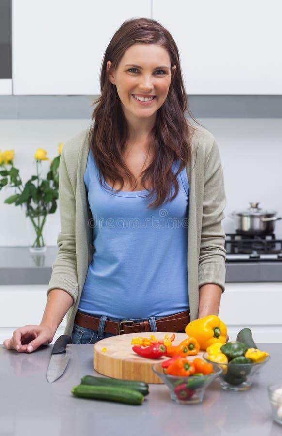 Donna attraente che sta nella sua cucina immagini stock libere da diritti