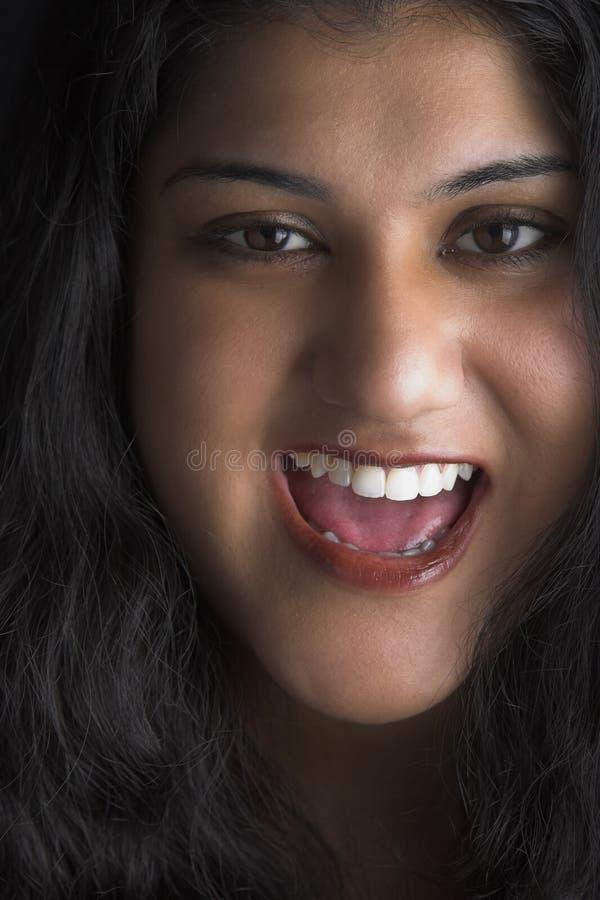 Donna attraente con capelli neri e gli occhi marroni immagini stock