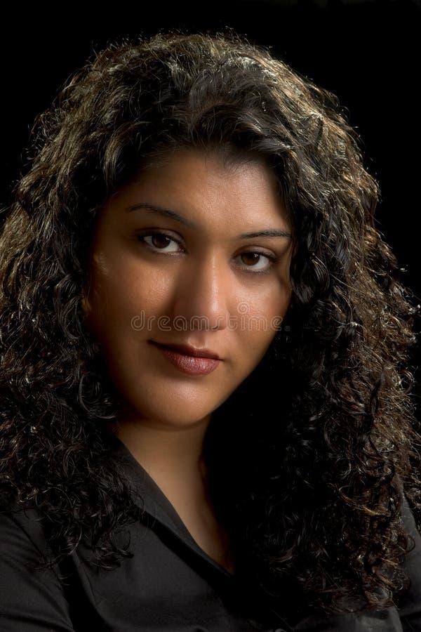 Donna attraente con capelli neri e gli occhi marroni fotografie stock libere da diritti