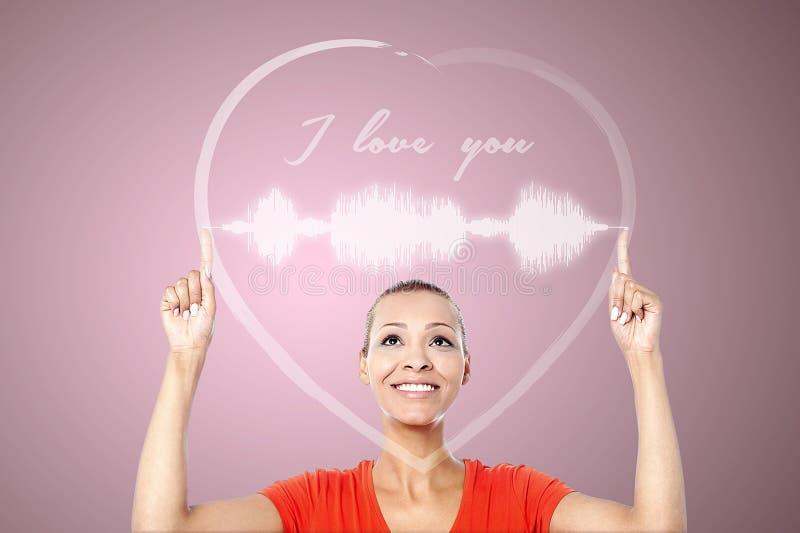 Donna attraente con i grafici del cuore immagini stock