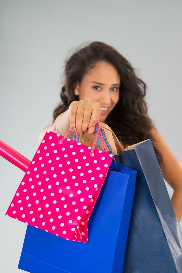 Donna attraente con i sacchetti di acquisto fotografie stock libere da diritti