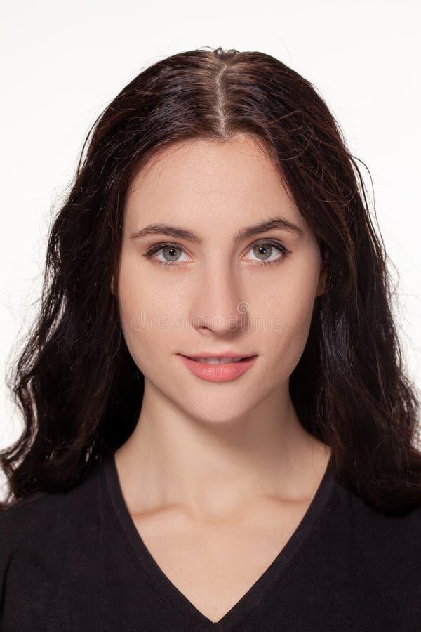 Donna attraente con la maglietta nera isolata su un fondo più bianco fotografia stock libera da diritti