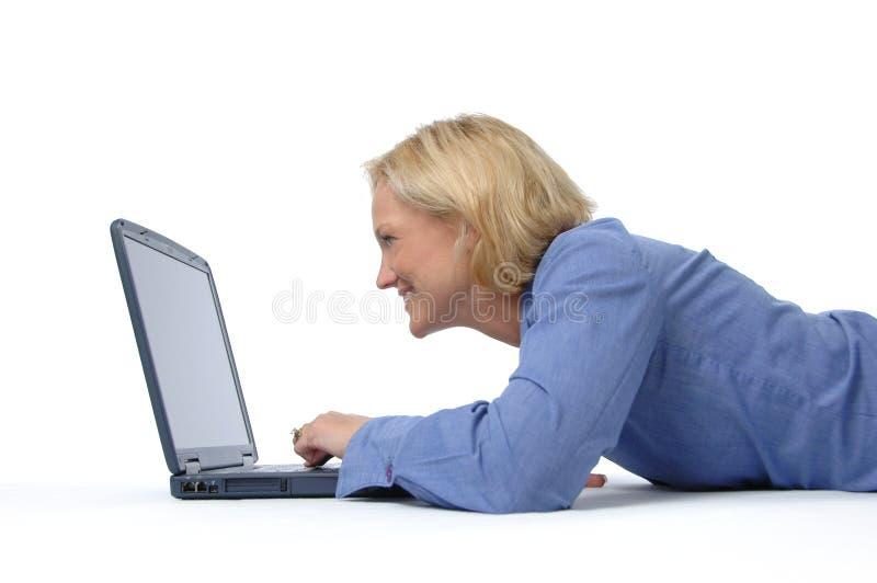 Donna attraente con un computer portatile fotografie stock libere da diritti