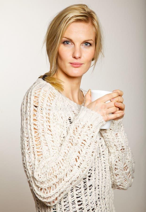 Donna attraente con una tazza di caffè immagine stock