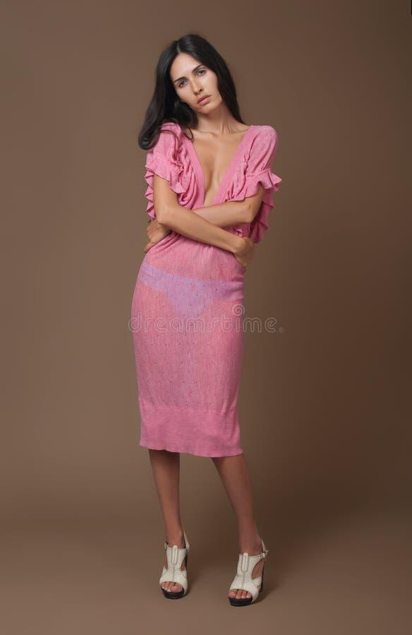 Donna attraente del brunette in vestito dentellare fotografia stock libera da diritti