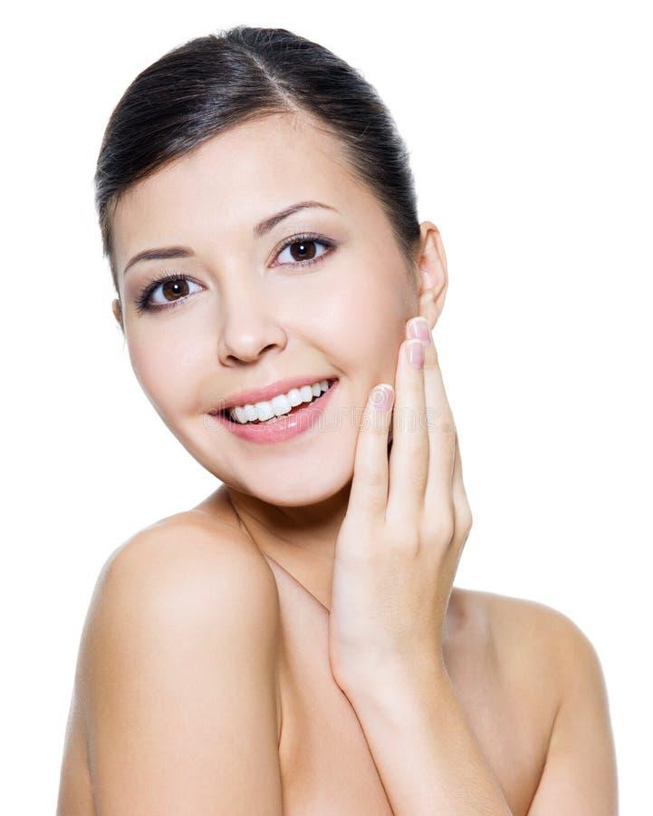 Donna attraente felice con la pelle di salute di un fronte fotografia stock libera da diritti