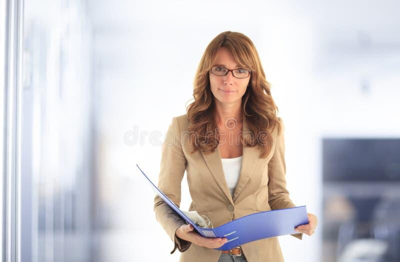 Donna attraente moderna di affari fotografia stock libera da diritti