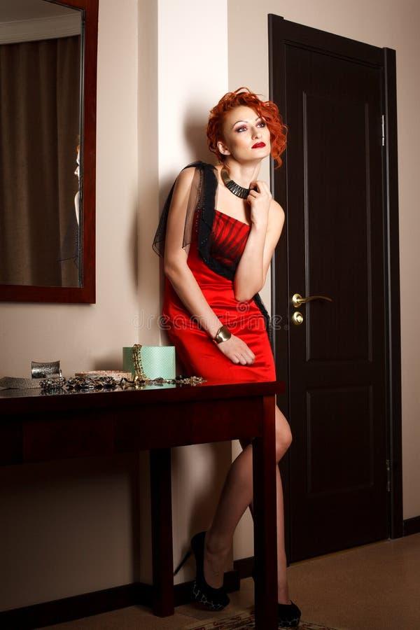 Download Donna attraente nel rosso fotografia stock. Immagine di proposta - 30827342
