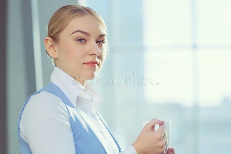 Donna attraente nell'edificio per uffici immagine stock