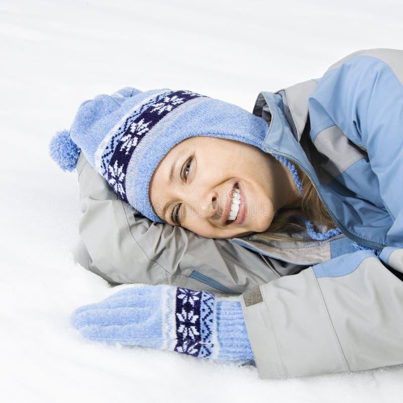 Donna attraente in neve. fotografie stock