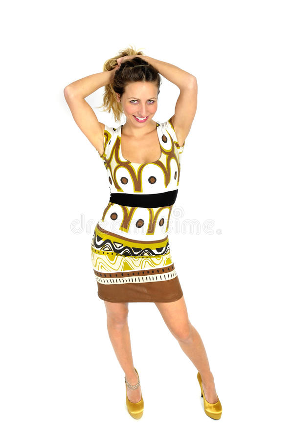 Donna attraente sexy con capelli biondi nella breve posa d'avanguardia dei tacchi alti e del vestito seducente nel concetto femmi fotografia stock