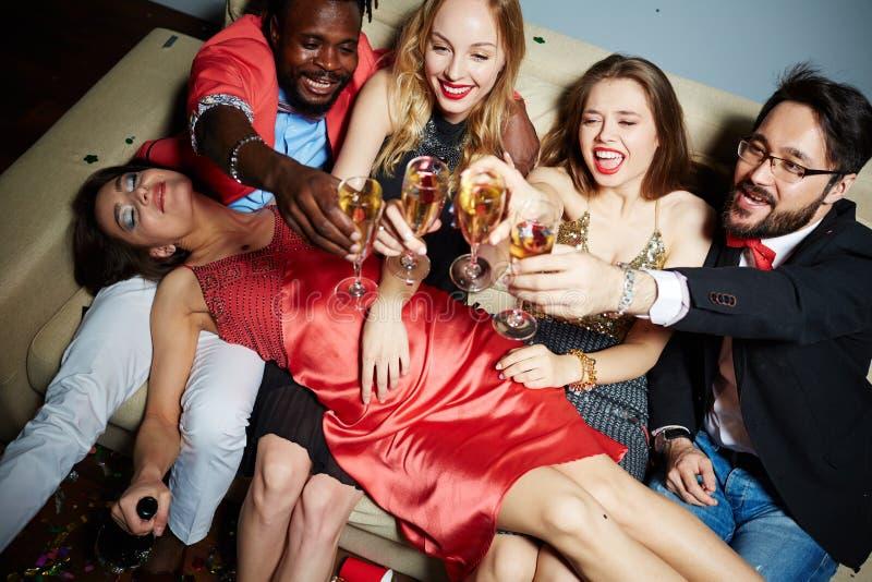 Donna attraente ubriaca che ha pelo fotografia stock libera da diritti