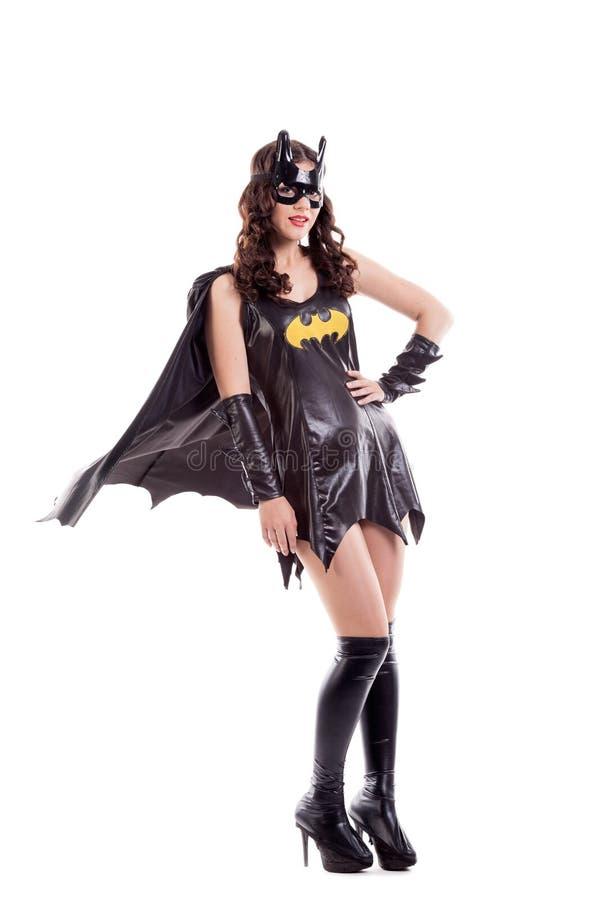 Donna attraente vestita in costume del pipistrello isolato immagine stock