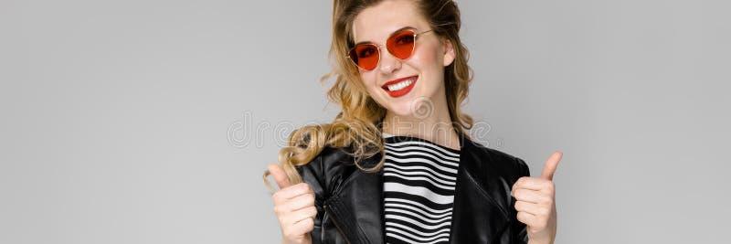 Donna attraente in vestiti alla moda immagine stock libera da diritti