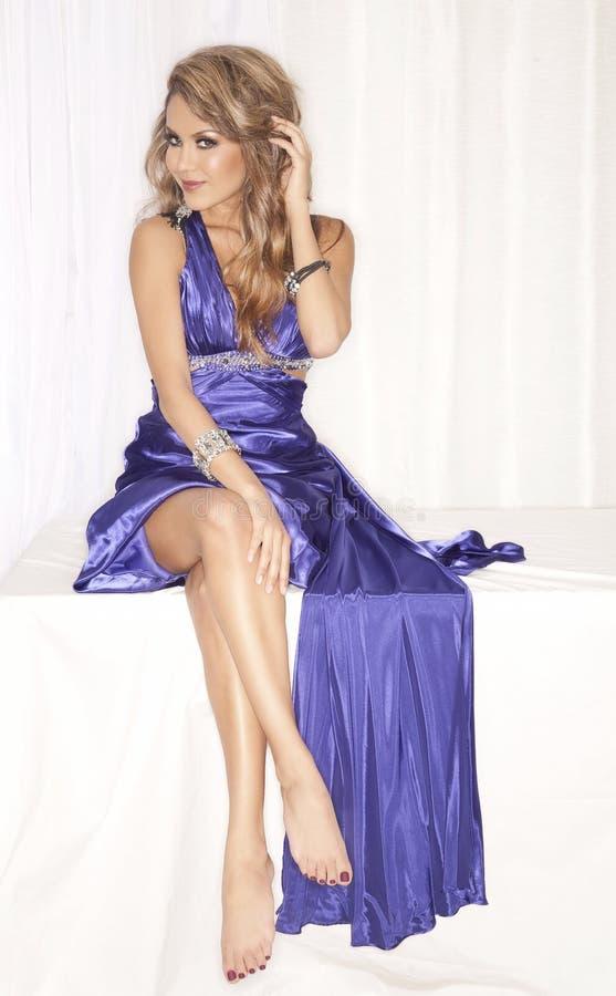 Donna attraente in vestito blu immagine stock