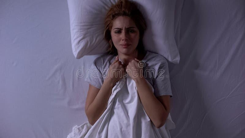 Donna attrattiva che piange a letto di notte, debolezza e fragilità femminile immagine stock libera da diritti