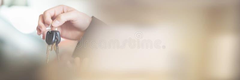 Donna in automobile che riceve le chiavi fotografie stock libere da diritti