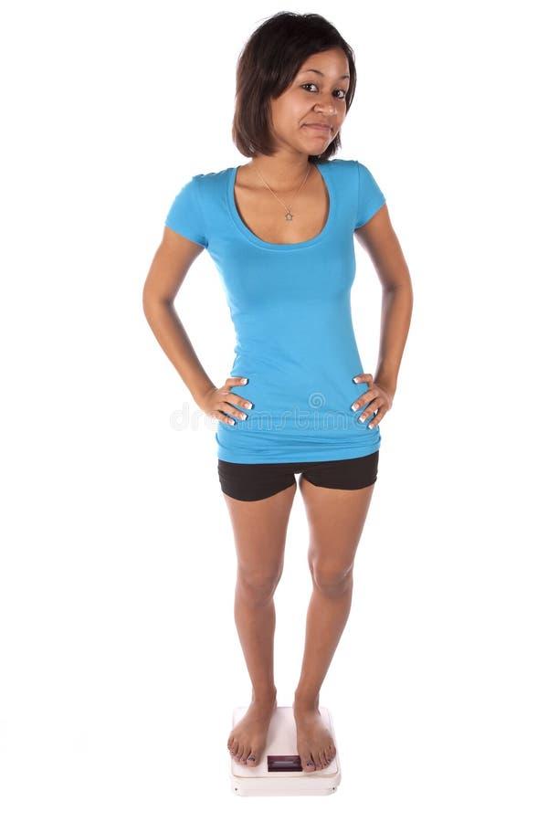 Donna in azzurro sul sorridere delle scale immagini stock libere da diritti