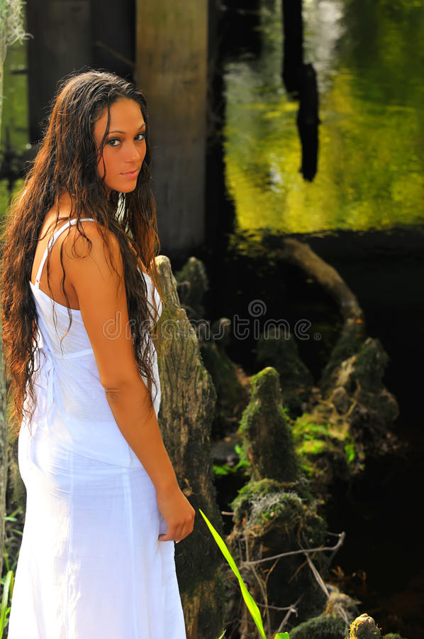 Donna bagnata attraente dal fiume fotografia stock