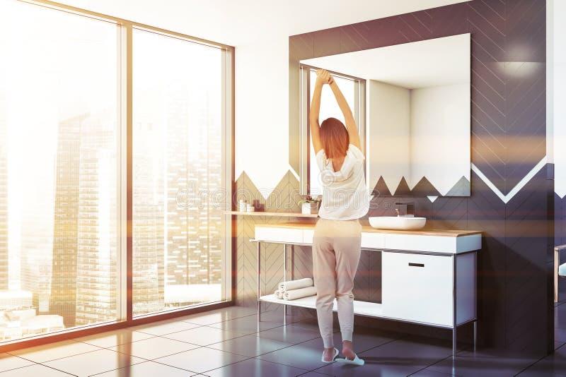 Donna in bagno bianco e grigio con il lavandino fotografia stock