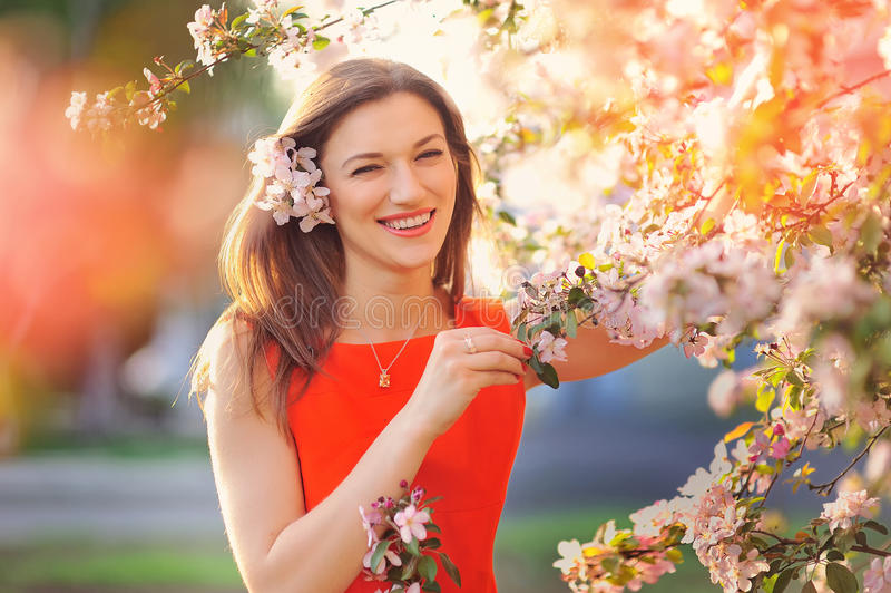 Donna beata che gode della libertà e della vita in parco sulla molla fotografia stock