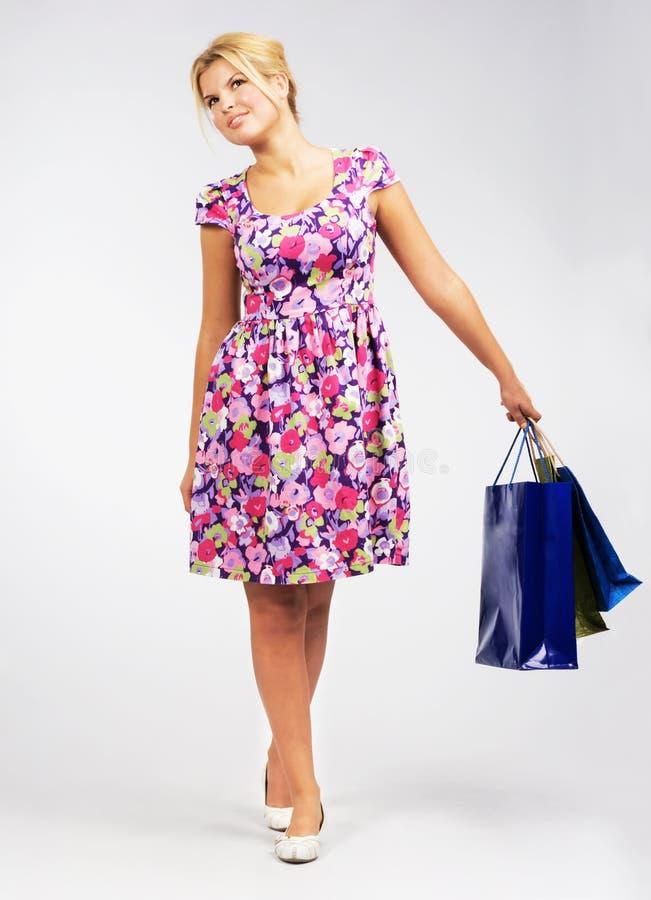 Donna bella che cammina con i sacchetti di acquisto fotografie stock libere da diritti