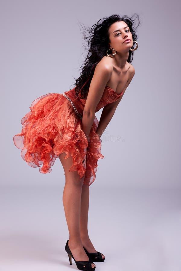 Donna bella con il vestito elegante, capelli su vento fotografia stock