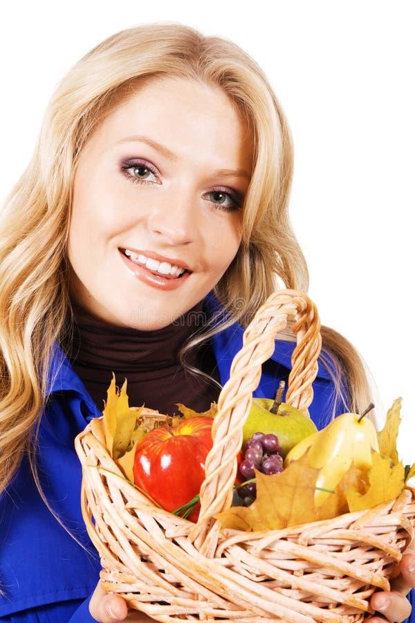 Donna bella con un cestino della frutta matura immagini stock