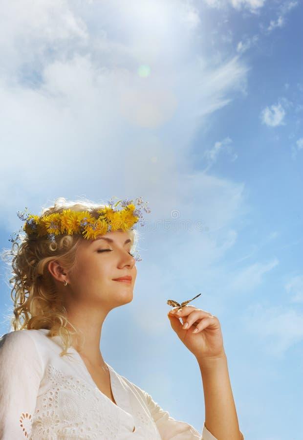 Donna bella con una farfalla fotografia stock