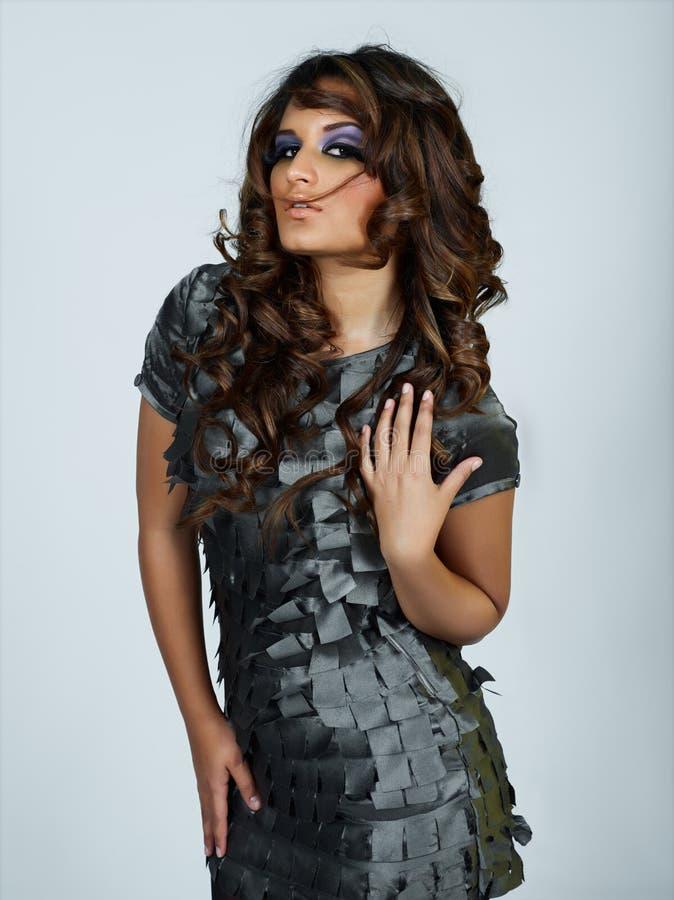 Donna bella del latino con capelli ricci lunghi fotografia stock