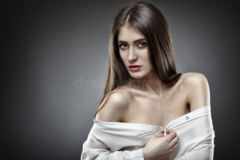 Donna bella di fascino su fondo grigio immagini stock libere da diritti