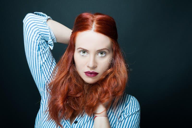 Donna bella e sicura con capelli rossi lunghi fotografia stock