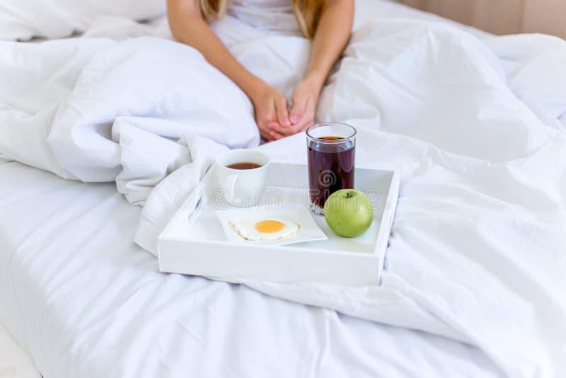 Donna bella giovane che mangia prima colazione in base fotografia stock libera da diritti