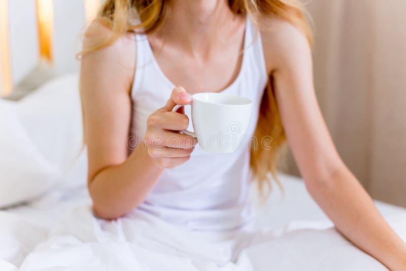 Donna bella giovane che mangia prima colazione in base fotografie stock libere da diritti