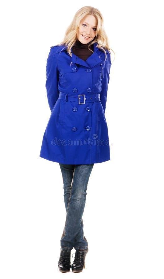 Donna bella in un cappotto blu immagine stock