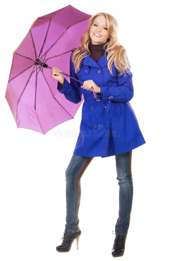 Donna bella in un cappotto blu con l'ombrello fotografie stock