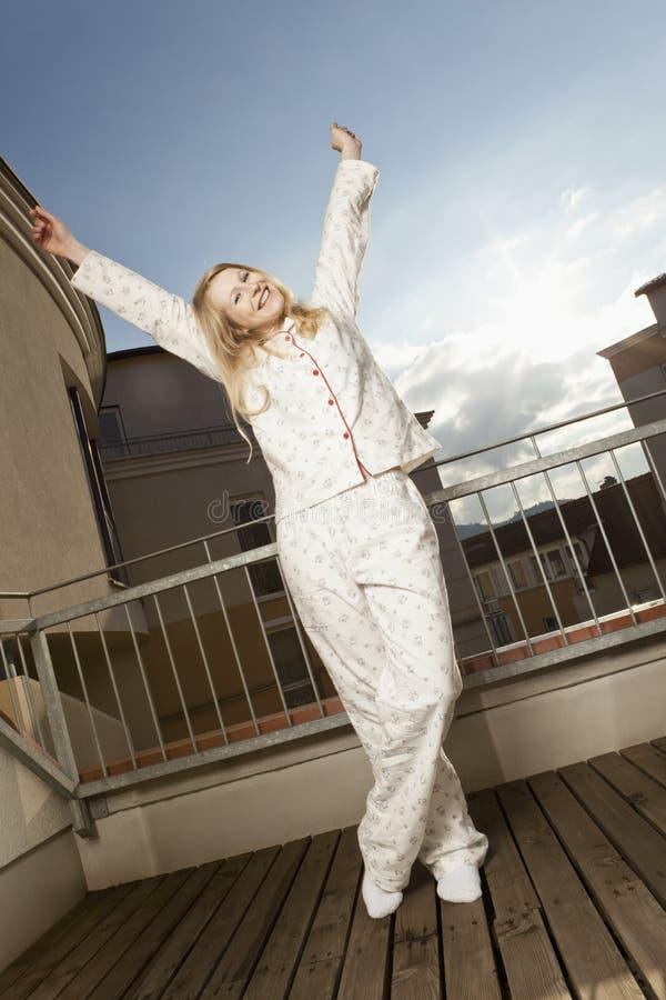donna Bene-riposata sul balcone immagine stock