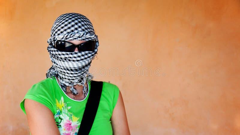Donna bianca nel keffiyeh ed occhiali da sole prima di safar fotografie stock libere da diritti