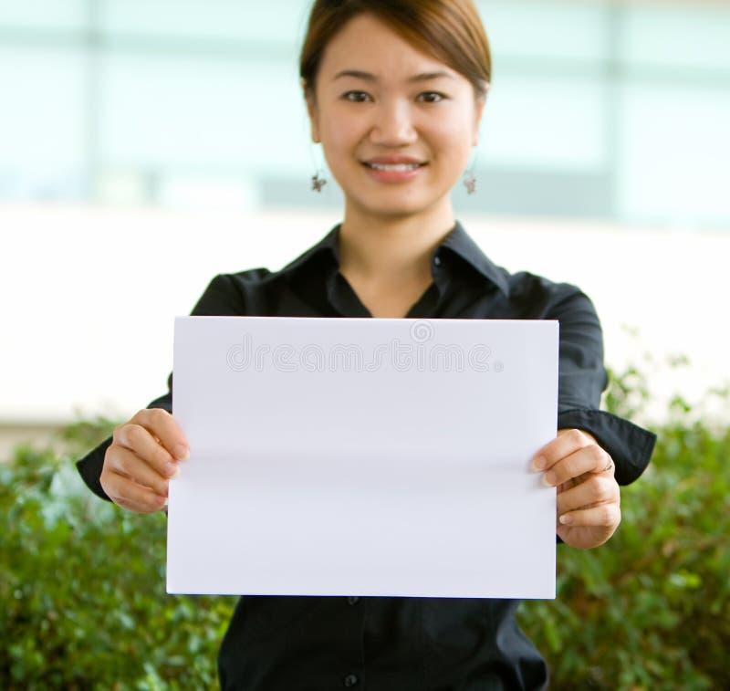 donna in bianco asiatica del documento della holding di affari fotografie stock