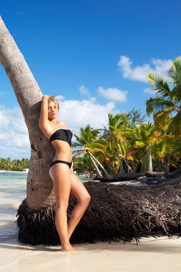 Donna in bikini sul mare caraibico immagini stock