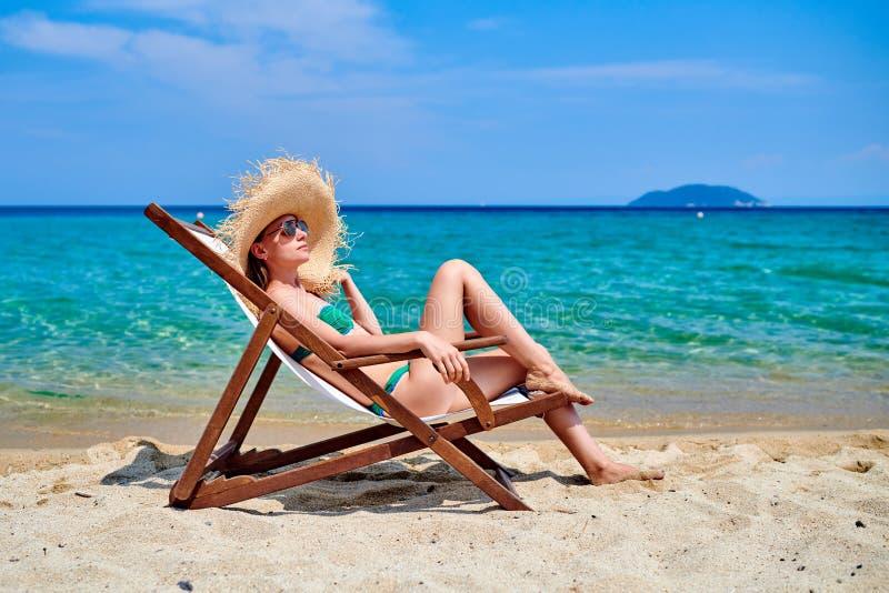 Donna in bikini sulla spiaggia fotografia stock libera da diritti