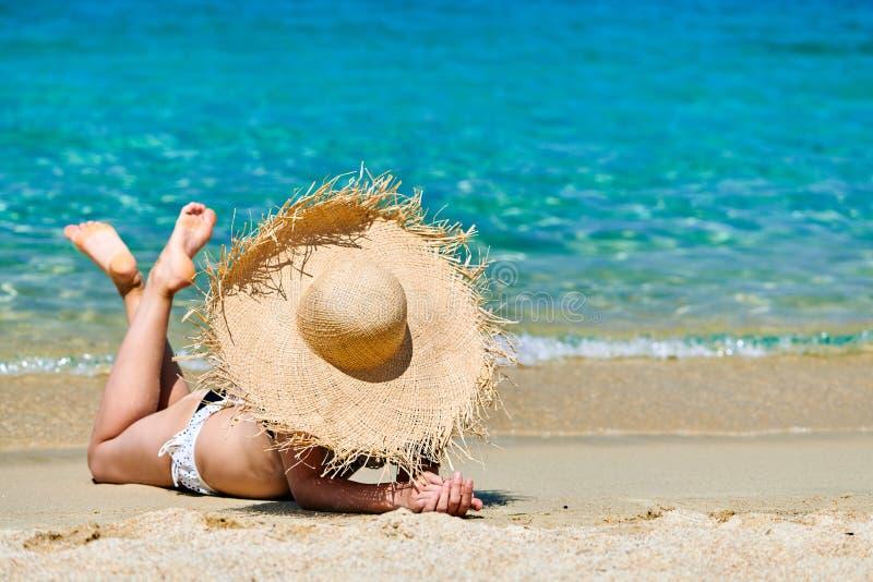Donna in bikini sulla spiaggia fotografie stock